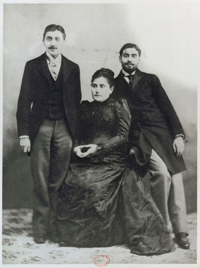 Jeanne Proust and her sons Marcel and Robert. 1896? FONDS LE MASLE Num豯 411